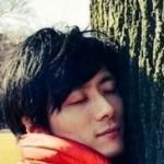 木に抱きつくタクミ
