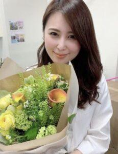 花束を持つ京子