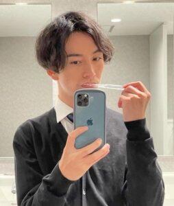 歯を磨く遠藤哲也