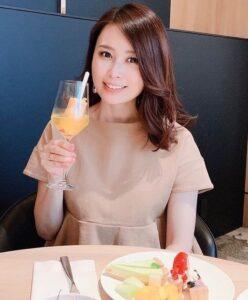 食事中の京子