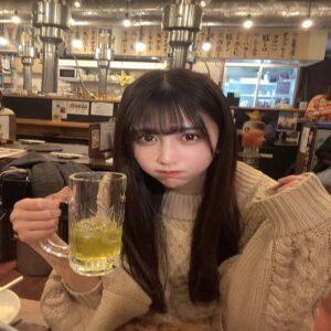 飲み物を飲む美緒(みお)