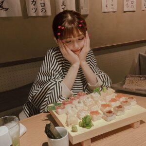 寿司のようなものを見る美緒(みお)